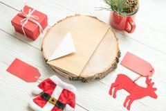 Jul anmärker inklusive det pappers- kortet, jultomtenleksakdräkten, hjortleksak, rånar med grandekoren, gåvaask royaltyfri bild