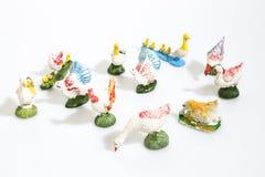 Jul anmärker, plast- djur som fåglar för Kristi födelsediorama är arkivbild
