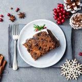 Jul bär frukt kakan, pudding på den vita plattan kopiera avstånd Top beskådar royaltyfri foto