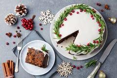 Jul bär frukt kakan, pudding på den vita plattan kopiera avstånd Top beskådar arkivbild