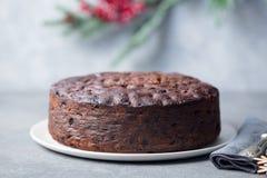 Jul bär frukt kakan, pudding på den vita plattan traditionell efterrätt close upp royaltyfria foton