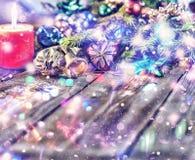 Jul bakgrund, jul dekorerat granträd, gåvor, stearinljus, gåvor festlig bokeh enhaced lampor för blurbokeh jul blänka guld Arkivfoto