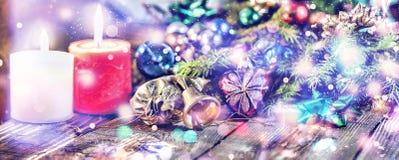 Jul bakgrund, jul dekorerat granträd, gåvor, stearinljus, gåvor festlig bokeh enhaced lampor för blurbokeh jul blänka guld Arkivfoton