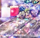 Jul bakgrund, jul dekorerat granträd, gåvor, stearinljus, gåvor festlig bokeh enhaced lampor för blurbokeh jul blänka guld Royaltyfria Foton