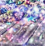Jul bakgrund, jul dekorerat granträd, gåvor, stearinljus, gåvor festlig bokeh enhaced lampor för blurbokeh jul blänka guld Arkivbild