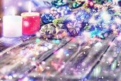 Jul bakgrund, jul dekorerat granträd, gåvor, stearinljus, gåvor festlig bokeh enhaced lampor för blurbokeh jul blänka guld Fotografering för Bildbyråer