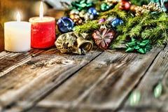 Jul bakgrund, jul dekorerat granträd, gåvor, stearinljus, gåvor festlig bokeh enhaced lampor för blurbokeh jul blänka guld Arkivbilder