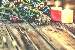 Jul bakgrund, jul dekorerat granträd, gåvor, stearinljus, gåvor festlig bokeh enhaced lampor för blurbokeh jul Guld blänker, snöa Arkivbilder