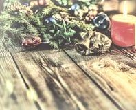 Jul bakgrund, jul dekorerat granträd, gåvor, stearinljus, gåvor festlig bokeh enhaced lampor för blurbokeh jul Guld blänker, snöa Arkivbild