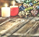 Jul bakgrund, jul dekorerat granträd, gåvor, stearinljus, gåvor festlig bokeh enhaced lampor för blurbokeh jul Guld blänker, snöa Arkivfoto