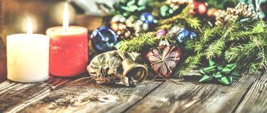 Jul bakgrund, jul dekorerat granträd, gåvor, stearinljus, gåvor festlig bokeh enhaced lampor för blurbokeh jul Guld blänker, snöa Royaltyfri Bild