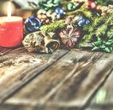 Jul bakgrund, jul dekorerat granträd, gåvor, stearinljus, gåvor festlig bokeh enhaced lampor för blurbokeh jul Guld blänker, snöa Royaltyfri Fotografi