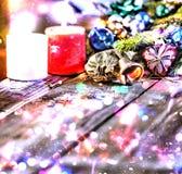 Jul bakgrund, jul dekorerat granträd, gåvor, stearinljus, gåvor festlig bokeh enhaced lampor för blurbokeh jul Guld blänker, snöa Royaltyfria Bilder