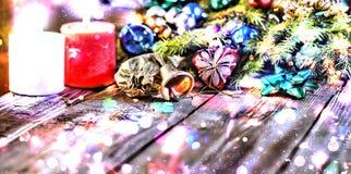 Jul bakgrund, jul dekorerat granträd, gåvor, stearinljus, gåvor festlig bokeh enhaced lampor för blurbokeh jul Guld blänker, snöa Arkivfoton