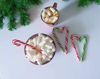Jul bakgrund, hälsningkort med en kopp kaffe eller choklad med marshmallower, klubbor, en röd platta och trädfilialer vektor illustrationer