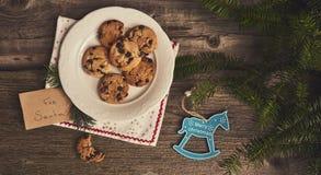 Jul bakgrund, kakor, julträd på träbräde royaltyfria foton