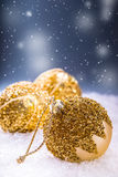 Jul bakgrundsjulen stänger upp röd tid Lyxig jul klumpa ihop sig i snön och de snöig abstrakta platserna Arkivbild