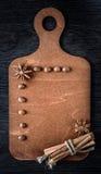 Jul begrepp, meny på träbräde av stjärnaanis, kaffe och kanel arkivfoton