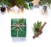 Jul begreppslägenheten för det nya året lägger med en gåva och en festlig garnering på den vita bakgrunden arkivfoton