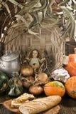 Jul behandla som ett barn den Jesus statyetten i lantligt kök Royaltyfri Fotografi