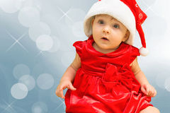 Jul behandla som ett barn flickan i röd hatt för jultomten Arkivfoto