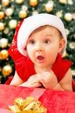 Jul behandla som ett barn flickan och gåva Arkivfoto