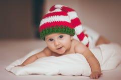 Jul behandla som ett barn flickan som är nyfödd i hatt Arkivfoto