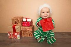 Jul behandla som ett barn i den santa hatten royaltyfria bilder