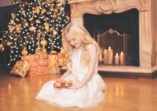 Jul beröm, ferie, xmas-begrepp - lycklig liten gir arkivfoto
