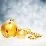 Jul blinkad Bokeh bakgrund med Xmas-bollar och snö royaltyfria foton