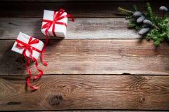 Jul bordlägger med gåvor och kopierar utrymme som bakgrund royaltyfria foton