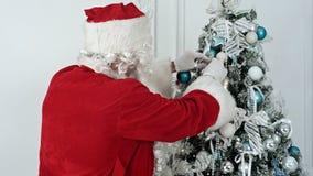 jul claus som dekorerar den santa treen Royaltyfri Fotografi