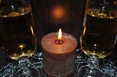 Jul dekor för nytt år, garneringar, exponeringsglas, stearinljus, champagne royaltyfria bilder