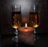 Jul dekor för nytt år, garneringar, exponeringsglas, stearinljus, champagne royaltyfri foto