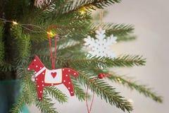 Jul dekor, julgrangarnering en trähäst på ett f arkivfoto