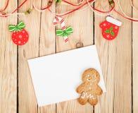 Jul dekor, pepparkakakaka och kort för kopieringsutrymme royaltyfri foto