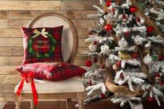 Jul dekorerade granträdet med gåvor royaltyfria bilder