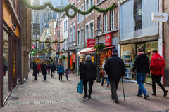 Jul dekorerade shoppinggatan i Aachen, Tyskland arkivfoton