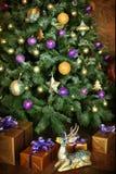 Jul dekorerade trädet med gåvor och hjortar Fotografering för Bildbyråer