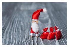 Jul designkort för nytt år Träklädnypa Santa Claus, faderfrost, Papa Noel med gåvor Fotografering för Bildbyråer