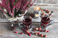 Jul dricker, ljung, muttrar och tranbär Arkivfoto
