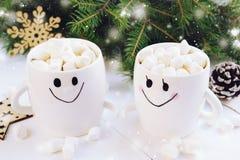 Jul dricker med marshmallower i kopp med leende Fotografering för Bildbyråer