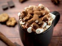 Jul dricker varm choklad med marshmallowen och kanelbruna pinnar, kakor Julvinterbegrepp close upp royaltyfria foton
