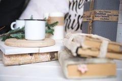 Jul eller garnering för nytt år på den moderna trätabellen Fokus nolla Royaltyfri Foto