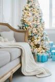 Jul eller garnering för nytt år på vardagsruminre och det hem- dekorbegreppet för ferie Lugna bild av filten på en tappningsoffa  royaltyfri bild