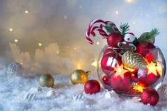 Jul eller ljus garnering för nytt år i den glass vasen med godisrottingar på snöbakgrund greeting lyckligt nytt år för 2007 kort royaltyfri foto