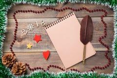 Jul eller ram för nytt år för ditt projekt med kopieringsutrymme Jul gör grön paljetten med kottar, 2017 fugures, stjärnor och sn Fotografering för Bildbyråer