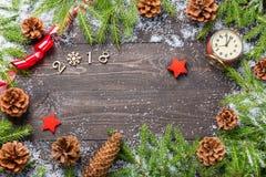 Jul eller ram för nytt år för ditt projekt med kopieringsutrymme Julgranträd i snö med kottar, tappningklocka, dekorativ st arkivbild