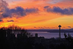 Jul Eve Sunset i Seattle med utrymmevisaren och färjan royaltyfri foto
