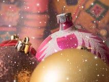 Jul färgade bollar med fallande snöflingor Fotografering för Bildbyråer